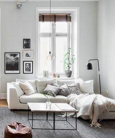 Mucha luz natural y calma en este salón de techos altos. Un lugar al que llamar hogar.: