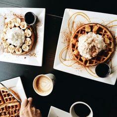 Imagen de bananas, coffee, and healthy Caramel Banana Upside Down Bread.