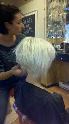The graduated bob hairstyles are versatile. If you are bored your hair, ask your stylist graduated bob. Before check out this graduated bob haircut category. Short Graduated Bob, Graduated Bob Haircuts, 2015 Hairstyles, Short Hairstyles For Women, Short Hair Cuts, Short Hair Styles, Razor Cut Hair, Short White Hair, Haircut And Color