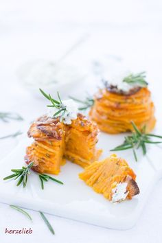 Süßkartoffel Türmchen mit Parmesan, Knoblauch und Rosmarin - Rezept von herzelieb.