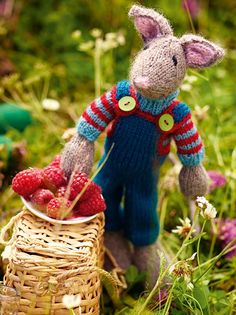 Knitting Patterns Toys Even those who do not like mice will love this mouse: well known knit designer Arne and Carlos . Baby Knitting Patterns, Knitting Designs, Knitting Projects, Drops Design, Arne And Carlos, Little Cotton Rabbits, Christmas Mood, Knitting For Beginners, Baby Sewing