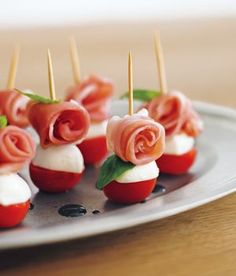 生ハムトマトのピンチョス - Warm Tutorial and Ideas Holiday Appetizers, Appetizer Recipes, Cute Food, Yummy Food, Party Food Platters, Snacks Saludables, Snacks Für Party, Food Decoration, Appetisers