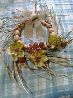 Guirlanda tropical com galhos, sementes e folhas
