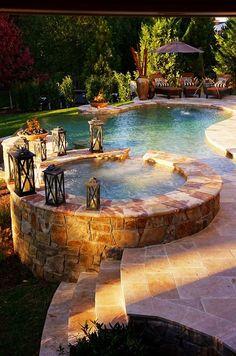 Vilken snygg konstruktion ! Passar in hos alla skulle jag tro. Går att utforma efter tomtens utseende så att poolen passar in.