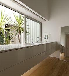 Casa Sol / atelier DATA #banheiro #bancada #suspensa #closet #bathroom #countertop #floating #dressing #dressingroom #lighting #terrace #yard #green