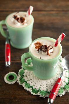 Canecas verde menta com drinks natalinos. #cozinharetro #vintage #green