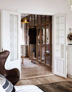 Egg chair by Arne Jacobsen from Fritz Hansen |   Det kanske inte är så konstigt att jag gillar det här hemmet på Amager i Danmark, där två islänningar bor. Helt i min färgskala och med mycket insla