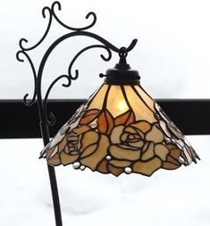 Finding the perfect lamp for your home can often be difficult because there's such a wide selection of lamps available. You'll find lamps designed for your living room area, bedroom, hanging lamps, floor lamps and just about any other type imaginable. Stained Glass Lamp Shades, Stained Glass Table Lamps, Stained Glass Light, Stained Glass Flowers, Stained Glass Projects, Stained Glass Windows, Lampe 3d, Tiffany Glass, Room Lamp