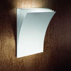 Applique halogène composée d'une structure rectangulaire constituée de feuilles de métal superposées, l'ensemble en finition laque blanche.Cette applique au design original pourra être placé da...