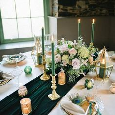 Green Wedding Decorations, Wedding Centerpieces, Round Wedding Tables, Wedding Table Runners, Emerald Green Weddings, Emerald Wedding Theme, Hunter Green Weddings, Table Verte, Niklas