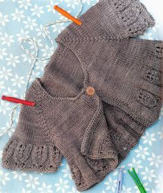Immagine Knitting For Kids, Baby Knitting Patterns, Hand Knitting, Lace Cardigan, Cardigan Pattern, Toddler Sweater, Baby Sweaters, Baby Hats, Knitted Hats