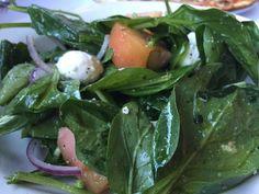 Cibuli nakrájíme na tenké proužky. Smícháme ji s řeřichou a špenátem.  Olivový olej vyšleháme s citrónovou šťávou, solí a pepřem.  Salát podáváme zastříknutý zálivkou. Frozen Spinach, Spinach Salad, Healthy Tips, Healthy Snacks, Nutritional Value Of Spinach, Colon Irritable, Salads For Kids, Growing Spinach, Healthy Snack Foods