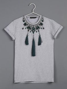 Sew T-Shirt Green necklace grey t-shirt - Grey knitwear t-shirt with necklace like embroidery. Sewing Clothes, Diy Clothes, Kurti Embroidery Design, Diy Tops, Moda Paris, Black Wool Coat, Make Your Own Clothes, Shirts For Teens, T Shirt Diy