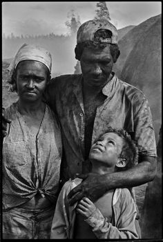 Sebastião Salgado http://www.amazon.com/Fotograf%C3%ADa-Documentalismo-Spanish-Edition-ebook/dp/B00B924536/ref=sr_1_1?ie=UTF8=1361733394=8-1=oscar+colorado