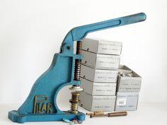 La Pilar, màquina de forrar botons