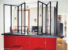 Cloison transparente repliable Interior Design Living Room, House Redesign, Semi Open Kitchen, Home Kitchens, House Design, Kitchen Decor, Vintage Interiors, Interior, Home Deco