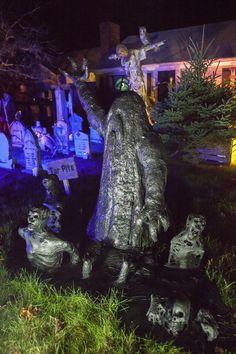 Very clever. Halloween Outside, Halloween Graveyard, Scary Halloween Decorations, Halloween 2015, Outdoor Halloween, Halloween House, Holidays Halloween, Happy Halloween, Haunted Graveyard