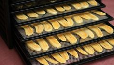 Dehydrated bananas Making tangy, chewy dried bananas. Dehydrated Vegetables, Dehydrated Onions, Dehydrated Food, Jerky Recipes, Raw Food Recipes, Cooking Recipes, Clean Recipes, Snack Recipes, Dehydrated Banana Chips