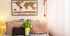 Quarto com almofada divertida e mapa na parede