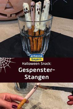 Halloween-Snack für eure Halloween-Party: Gespenster-Stangen aus Salzstangen und geschmolzener Schokolade. Süß und salzig zugleich und das perfekte Fingerfood für Halloween. Sehen super aus als Halloween-Deko und schmecken natürlich auch. Das Rezept ist ganz schnell gemacht, schaut doch gleich mal rein! #halloween #halloweenparty #halloweensnack #halloweendeko #halloweendiy Halloween Snacks, Happy Halloween, Halloween Party, Foodblogger, Super, Pretzel Sticks, Finger Food, Molten Chocolate, Treats