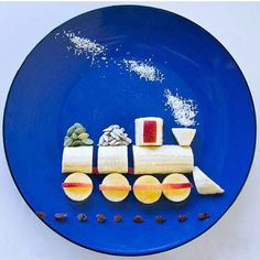Fun food art Banana Train - Fun, healthy, creative food for kids big and small Food Art For Kids, Fun Snacks For Kids, Preschool Snacks, Healthy Toddler Snacks, Toddler Meals, Cute Food, Good Food, Fruits Decoration, Childrens Meals