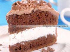 Receita de Bolo de chocolate com recheio de chantilly - bolos num prato e, por cima, espalhe o chantilly. Cubra com o outro bolo e tire o excesso de chantilly, espalhe a cobertura. Decore com raspas de...
