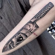 You need the best knives... and a badass knife tattoo! By Micky at Cloak and Dagger. | https://lomejordelaweb.es/
