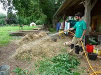 permaculture in brittany / permaculture en bretagne: Making compost in 18 days with Geoff Lawton Garden Soil, Garden Care, Vegetable Garden, Making Compost, How To Make Compost, Permaculture, Composting Bins, Geoff Lawton, Cold Frames