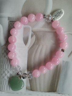 Armband Tender Hart een combinatie van roze half edelsteen en Aventurine half edelsteen hartje in het midden, afgezet met zilverkleurige Swarovksi kralen