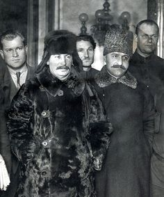 Joseph Stalin in a fur coat and Sergo Ordzhonikidze at the funeral of the stratosphere pilots. Old Pictures, Old Photos, Back In The Ussr, Communist Propaganda, Joseph Stalin, Hammer And Sickle, Evil Empire, Communism, Painting