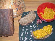 Una cena sana en un minuto: huevo revuelto con curry y pan borodinsky