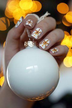 Snowflakes Christmas nail art white & gold