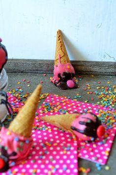 Heute gibt es Eis mal in anderer Form: Kleine Eiswaffeln mit Kuchenfüllung :) Nachdem mein bisher einziger Versuch, klassische Cake...
