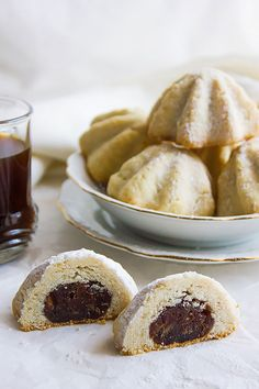 Maamoul date filled Arabian cookies, are made on special occasions like Eid al Adha and Fiter. The dates are perfumed with cardamom and cinnamon. Date Cookies Filled, Date Filled Cookie Recipe, Whole Food Recipes, Cookie Recipes, Dessert Recipes, Cafe Recipes, Maamoul Recipe, Buttery Cookies, Crack Crackers