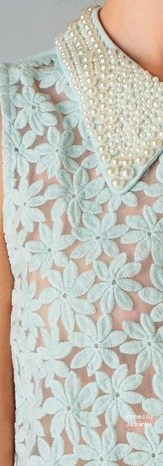 Lace sleeveless top with pearl collar