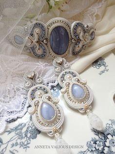"""Collection Mariage  """"Something old,something new, something borrowed,something blue..."""" Une vieille tradition anglaise dit que le jour de son mariagela mariée doit porter quelque chose de neuf, quelque chose de vieux, quelque chose d'emprunté et quelque chose de bleu.Le neuf représente le début de la nouvelle vie, l'emprunt symbolise l'amitié,""""quelque chose de vieux""""et""""quelque chose de bleu""""sont généralement destinés à éloigner le mauvais œil. Daisy Bead Dreams 2014 - finalist…"""
