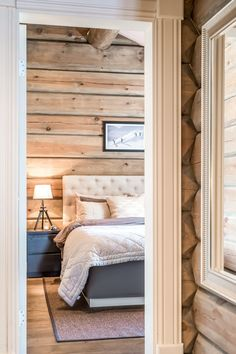 Lake Cabin Interiors, Log Home Interiors, White Wall Bedroom, Home Bedroom, Country Interior, Home Interior Design, Summer House Interiors, Modern Log Cabins, Sweden House