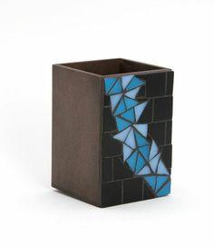 Porta-lápis Triângulos Azuis, de Adri Smythe, feito com base de MDF e revestimento em uma das faces com mosaico de pastilhas de vidro triangulares em tons de azul.