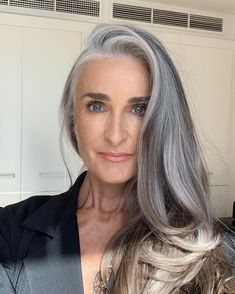 Day in the Life: Model Yazmeenah Rossi - My list of the most beautiful women's hair styles Long Gray Hair, Silver Grey Hair, Grey Hair Model, Grey Hair Inspiration, Gray Hair Highlights, Salt And Pepper Hair, Transition To Gray Hair, Platinum Hair, Hair Cuts