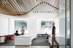 Turelk's Los Angeles Office by Gensler Promotes its Hands-On Approach to its Work. In the office area, custom workstations clad in plastic laminate rest on nylon carpet tile. Architecture Restaurant, Interior Architecture, Layered Architecture, Beautiful Interior Design, Beautiful Interiors, Commercial Design, Commercial Interiors, Office Ceiling, Industrial Office Design