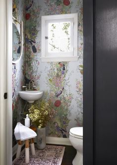 Small Bathroom Makeovers That Give Us Hope/lavabo pequeno Small Room Design, Bathroom Design Small, Modern Bathroom, Small Vintage Bathroom, Bathroom Designs, Master Bathroom, Minimalist Bathroom, Corner Sink Bathroom Small, Eclectic Bathroom