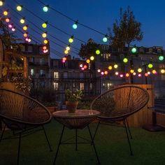 Une tonnelle esprit guinguette faite de guirlandes lumineuses. / Décoration guirlande lumineuse terrasse