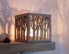 Dieses schöne Teelicht votive Halter besteht aus umweltfreundlichen Moso Bambus und können individuell gestaltet werden (siehe Info unten). In der Nacht mit der Schildkröte, Beleuchtung innen, das einfachen Baum-Kontur-Design wandelt schöne Fett Strahlen der Schatten und Licht um ihn herum und tagsüber ist es eine Zierde ebenso schöne und komplizierte. Der Entwurf begann als eine Hand gezeichnete Skizze, welche dann entwickelt die Baum Teelicht Box zu produzieren. Im Feld misst 11 x 11 cm…