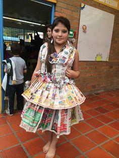 Grado octavo con su linda representante nos presenta un ingenioso vestido realizado con papel periodico