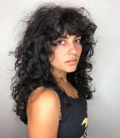Do you like your wavy hair and do not change it for anything? But it's not always easy to put your curls in value … Need some hairstyle ideas to magnify your wavy hair? Long Layered Curly Hair, Curly Hair Fringe, Curly Hair With Bangs, Curly Hair Tips, Curly Hair Layers, Shaggy Curly Hair, Curly Shag Haircut, Grunge Hair, Curled Hairstyles