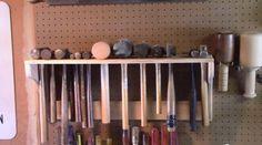 Az+egyik+legegyszerűbb+elkészíteni+egy+kalapács+tároló+polcot,+ahol+szép+sorban+tudjuk+tárolni+a+kalapácsainkat,+mindnek+megvan+a+helye,+í…