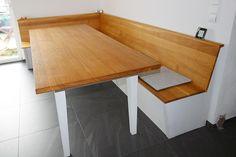 Eckbank und Tisch mit Schubladen, Eiche massiv, Korpus weiß lasiert, Sitzfläche und Lehne Eiche massiv, geölt. Eckbank als Truhe, Sitzfläche zum Aufklappen.