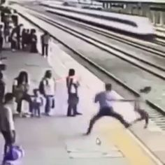 People escaped from death - Attentive people are the best people in the world - Vines Funny Videos, Videos Funny, Sweet Stories, Cute Stories, Beste Gif, Human Kindness, Touching Stories, Faith In Humanity Restored, Funny Video Memes