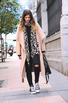 Look casual chic con abrigo oversize, converse all star, vaqueros negros y bufanda animal print