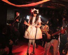 Need to see guys clearer, but love the over the top girl glam & casual guys Goth Rave, 80s Goth, Shinjuku Tokyo, Tokyo Japan, Weird Japan, Goth Club, Alternative Fashion, Alternative Music, Walpurgis Night